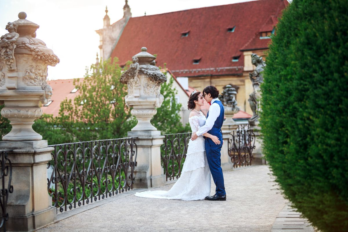 Wedding couple in Vrtba Garden in Prague