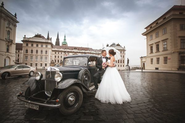Wedding couple in Prague Castle